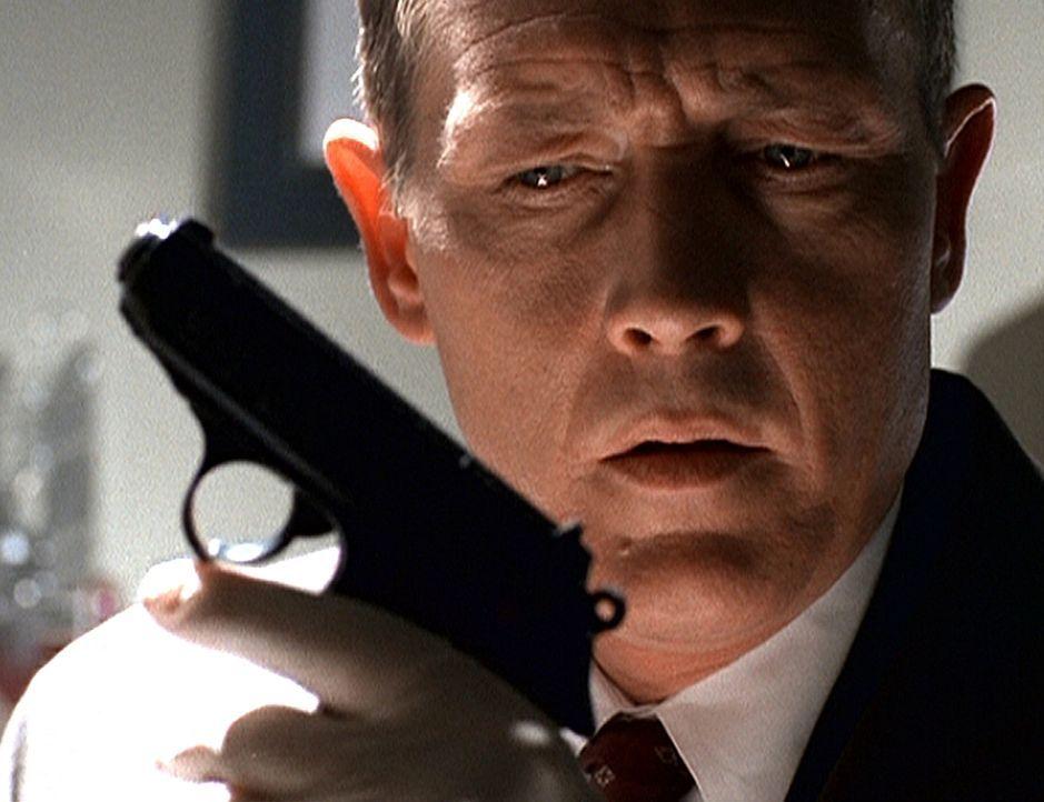 Doggett (Robert Patrick) findet in Mulders Wohnung eine Waffe, in deren Magazin drei Kugeln fehlen. Er glaubt, dass Mulder damit jemanden erschossen... - Bildquelle: TM +   2000 Twentieth Century Fox Film Corporation. All Rights Reserved.