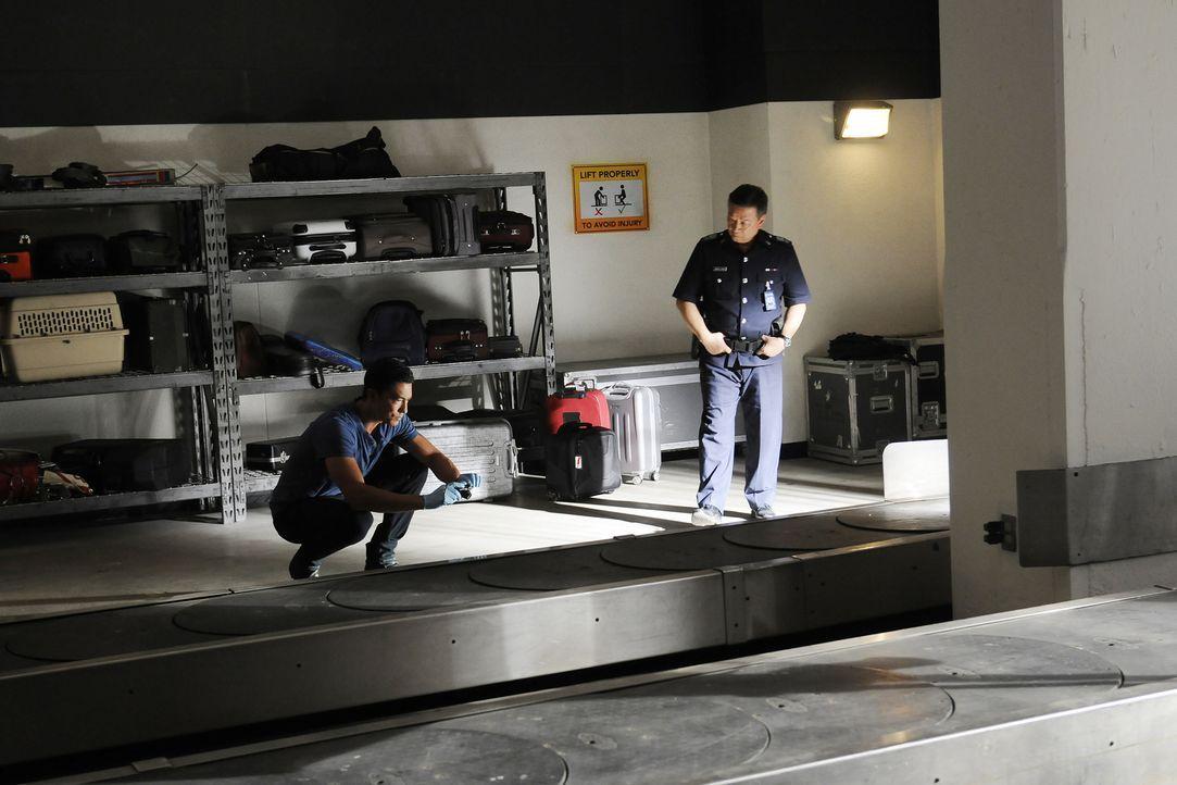 Matt Simmons (Daniel Henney, l.) und Inspector Cheong (Tzi Ma, r.) suchen nach Hinweisen, um ihren aktuellen Fall aufklären zu können ... - Bildquelle: Neil Jacobs 2016 ABC Studios. All rights reserved.