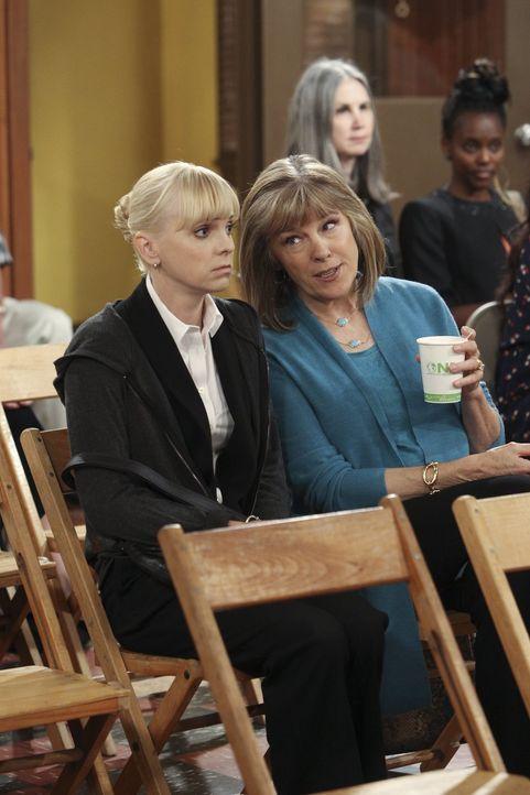 Die ältere Marjorie (Mimi Kennedy, r. vorne) wird für Christy (Anna Faris, l.), die sie bei den Anonymen Alkoholikern kennenlernt, zu einer wichtige... - Bildquelle: Warner Brothers Entertainment Inc.