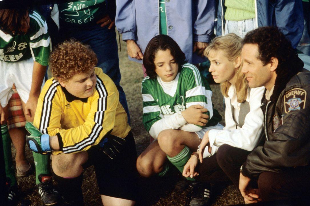 Nach und nach können Anna (Olivia d'Abo, 2.v.r.) und Tom (Steve Guttenberg, r.) die Jungs (Patrick Renna, l. und Billy Sullivan, 2.v.l.) für das T... - Bildquelle: Walt Disney Pictures
