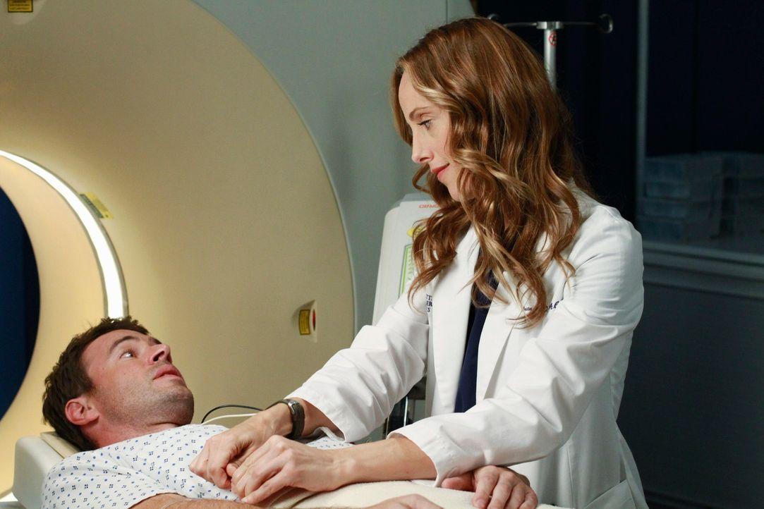 Teddy (Kim Raver, r.) flippt aus, als Henry (Scott Foley, l.) ein neues gesundheitliches Problem hat ... - Bildquelle: ABC Studios