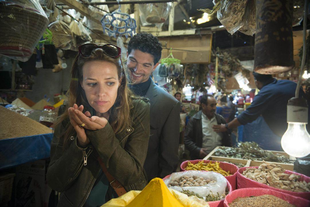 Kaum in Dubai angekommen, kreuzen sich ihre Wege erneut: Doch schon bald erkennt Verena (Alexandra Neldel, l.), dass sie sich entscheiden muss zwisc... - Bildquelle: Sylvia Zeitlinger SAT.1
