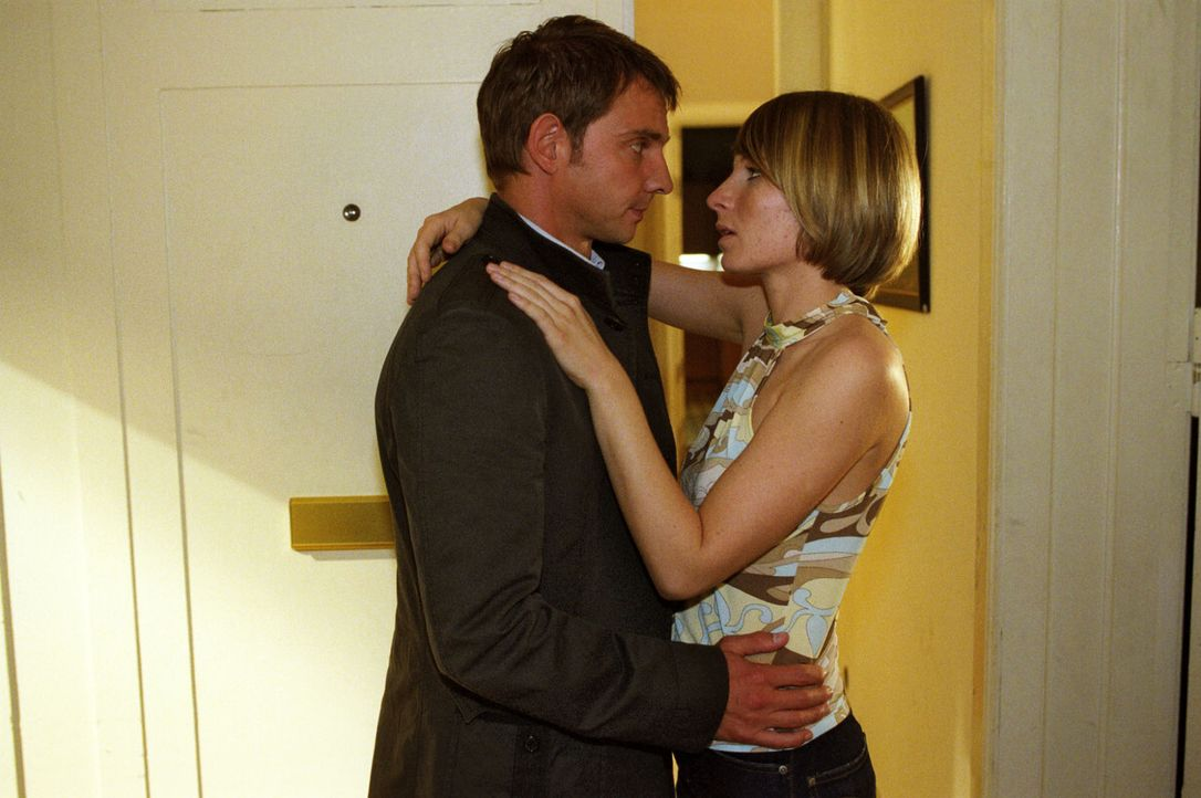Tom (Steven Merting, l.) und Verena (Nadine Seiffert, r.) haben sich ineinander verliebt. - Bildquelle: Claudius Pflug Sat.1
