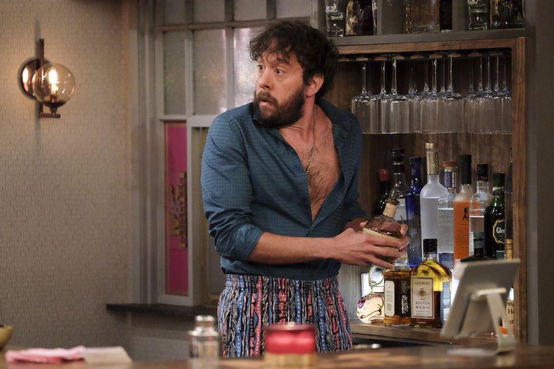 Als seine Mutter überraschend zu Besuch kommt, findet sich Oleg (Jonathan Kite) in einer schwierigen Situation wieder ... - Bildquelle: Warner Bros. Television