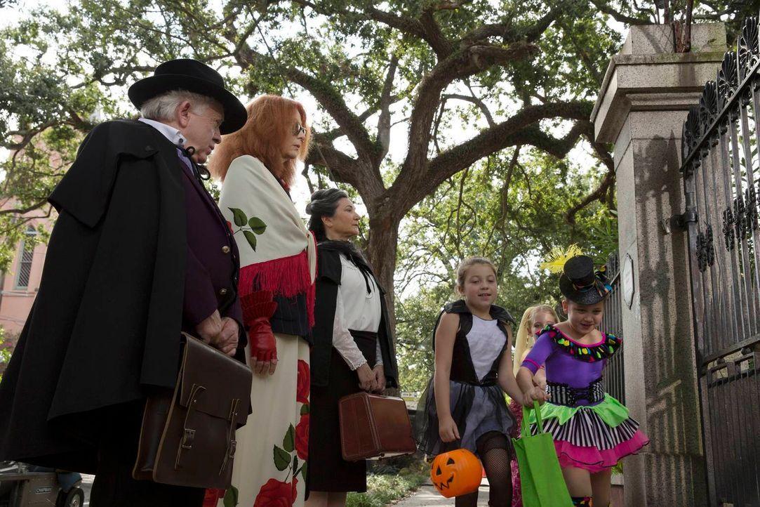 Ausgerechnet zu Halloween statten Cecily Pembroke (Robin Bartlett, M.), Myrtle Snow (Frances Conroy, 2.v.l.) und Quentin Fleming (Leslie Jordan, l.)... - Bildquelle: 2013-2014 Fox and its related entities. All rights reserved.