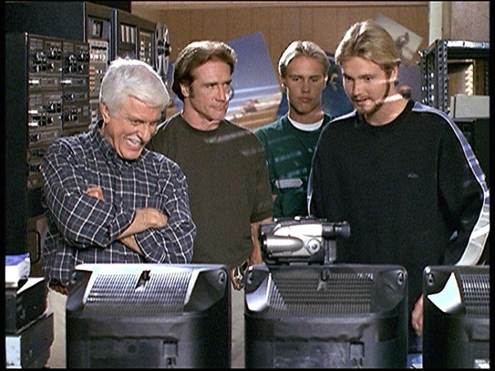 (v.l.n.r.) Mark (Dick Van Dyke), Steve (Barry Van Dyke) und der Motocross-Fahrer Jake (Carey Van Dyke) bewundern die Ausrüstung des Videofilmers Kyl... - Bildquelle: Viacom