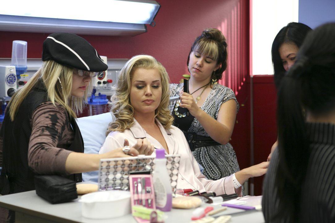 Noch im Krankenhaus nimmt Alexis (Rebecca Romijn, 2.v.l.) ihr Äußeres wieder in Angriff ... - Bildquelle: Buena Vista International Television