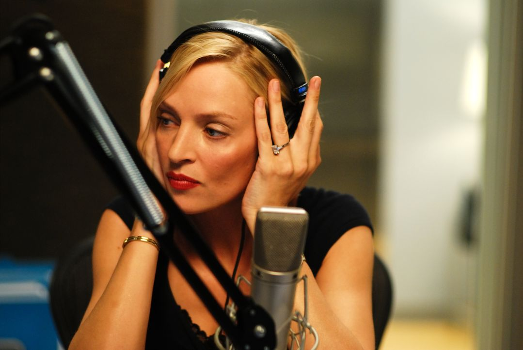 Radiomoderatorin Emma (Uma Thurman) ist eine erfolgreiche, jedoch eigentlich ziemlich verklemmte Beziehungsexpertin, die in ihrer Show den Hörern Ra... - Bildquelle: 2008 Accidental Husband Intermediary, Inc. All Rights Reserved.