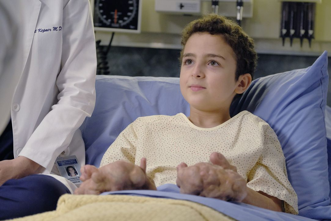 April hat Kamal (Elisha Henig), einen Jungen aus Jordanien, nach Seattle geholt, um ihm zu helfen. Doch kann Jackson etwas für ihn tun? - Bildquelle: Tony Rivetti ABC Studios