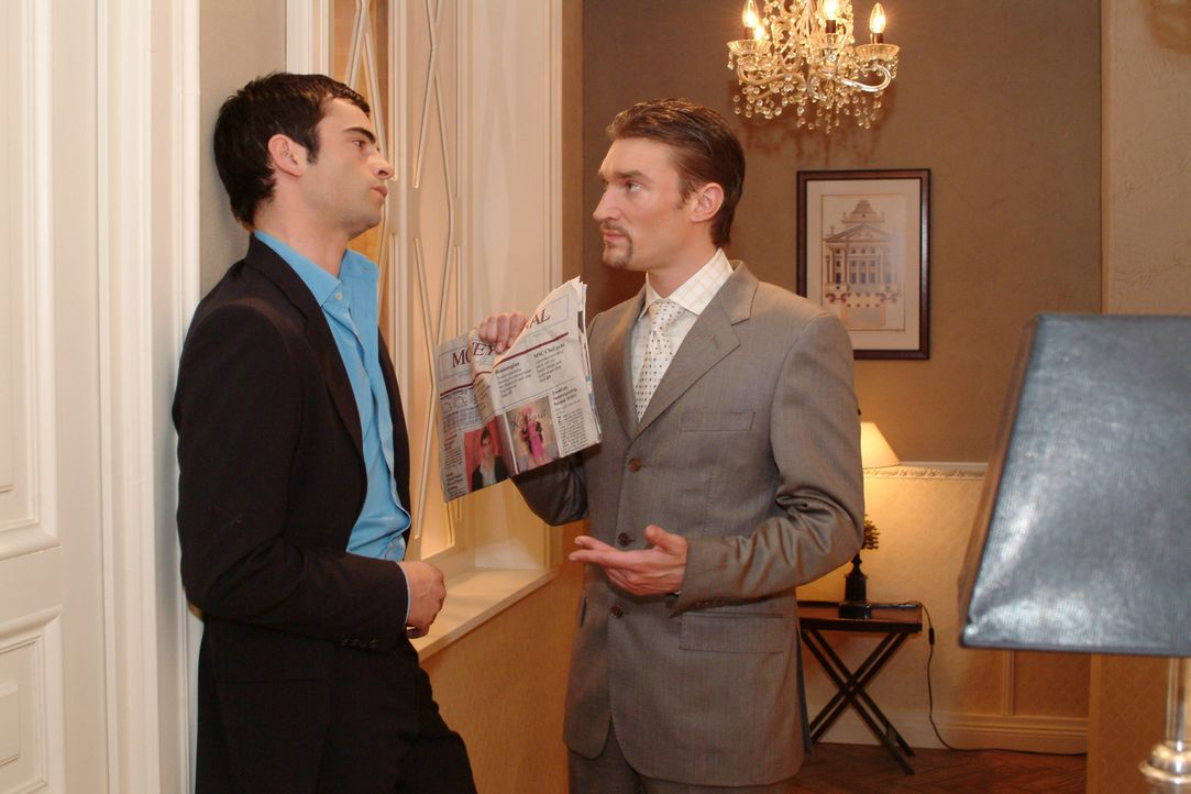 """Richard (Karim Köster, r.) konfrontiert David (Mathis Künzler, l.) mit einem Zeitungsartikel, in der ein Verriss der Kollektion von """"Kerima-Moda"""" st... - Bildquelle: Monika Schürle Sat.1"""