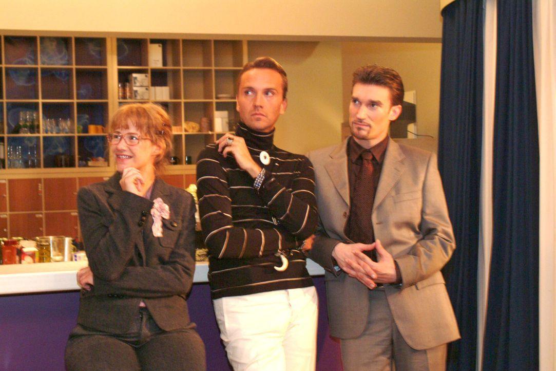 Lisa (Alexandra Neldel, l.) genießt es, dass es endlich mal keinen Streit gibt und Richard (Karim Köster, r.) und Hugo (Hubertus Regout, M.) ihre... - Bildquelle: Monika Schürle Sat.1