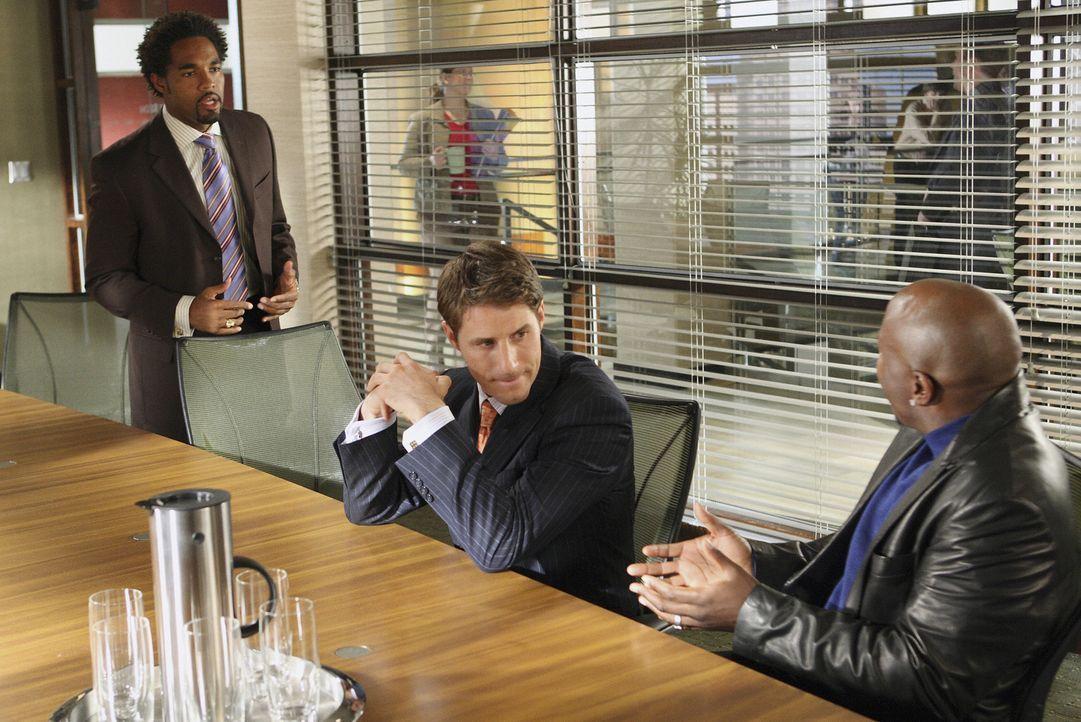 Keith (Jason Winston George, M.) und Matt (Sam Jaeger, l.) müssen sich dringend eine neue Taktik überlegen. Ihr Klient Jayson Turk (Steve Harris, r.... - Bildquelle: Disney - ABC International Television