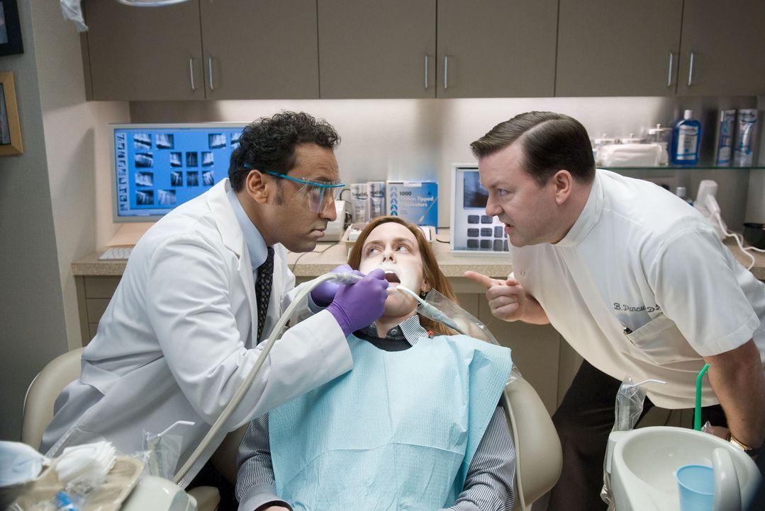 Dr. Bertram Pincus (Ricky Gervais, r.) ist ein New Yorker Zahnarzt der äußerst mürrischen Sorte. Mit seinen Patienten (Téa Leoni, M.) spricht er... - Bildquelle: MMVIII DREAMWORKS LLC AND SPYGLASS ENTERTAINMENT FUNDING, LLC. All rights reserved.