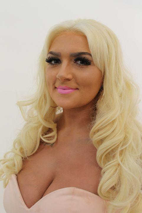 Die 24-jährige Nachtklub-Sicherheitsbeamtin Abbey versteckt sich hinter knappen Outfits, schlechtem Make-up und exzessiven Gebrauch von Bräunungsmit... - Bildquelle: Licensed by Fremantle Media Enterprises Ltd.