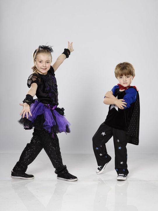Die beiden magischen Geschwister Jillian (l.) und Anders (r.) verzaubern nicht nur Steve Hervey ... - Bildquelle: Warner Bros.