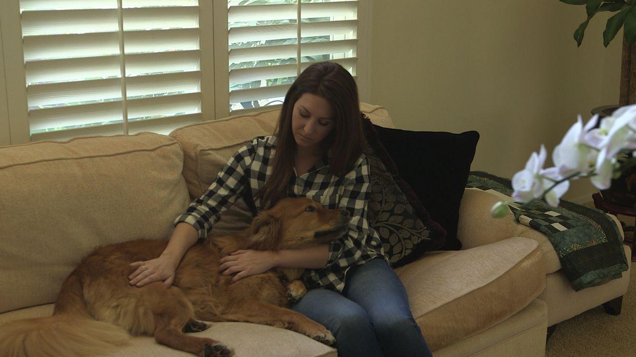 Nachdem ihre Freundin unerwartet verstorben ist, adoptiert Caitlin (r.) Hund Leon. Doch sie bekommt den Vierbeiner einfach nicht unter Kontrolle. Ka... - Bildquelle: NGC/ ITV Studios Ltd
