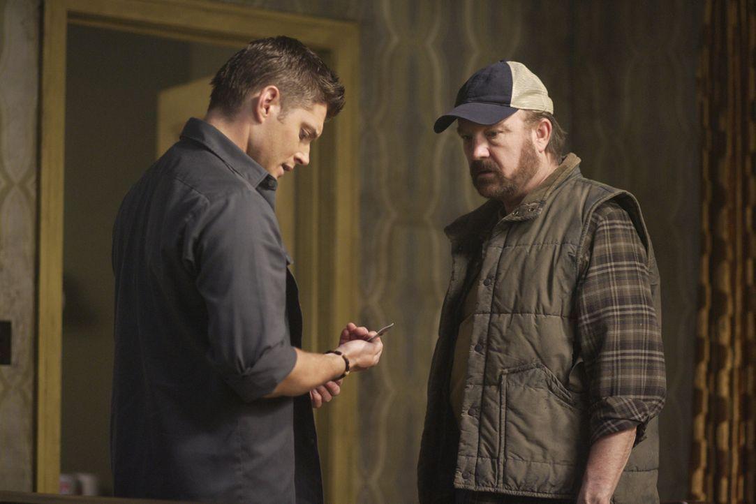 Müssen sich mit den Nachwirkungen von Luzifers Auferstehung auseinandersetzen. Bobby (Jim Beaver, r.) und Dean (Jensen Ackles, l.) ... - Bildquelle: Warner Bros. Television