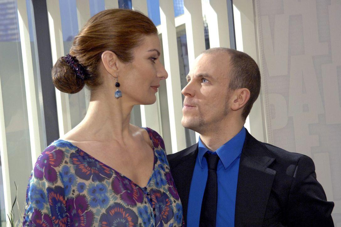 Natascha (Franziska Matthus, l.) warnt Gerrit (Lars Löllmann, r.) davor, sich weiter mit Annett zu treffen ... - Bildquelle: Claudius Pflug Sat.1