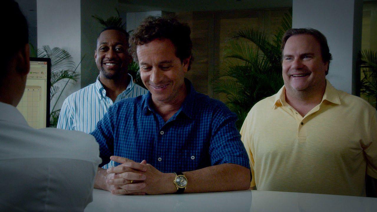 Mickey Dickson (Kevin Farley, r.), Nolan Fremont (Jaleel White, l.) und Jake Lockhard (Pauley Shore, M.) erwachen eines Morgens gemeinsam mit einer... - Bildquelle: 2015 CBS Broadcasting Inc. All Rights Reserved.