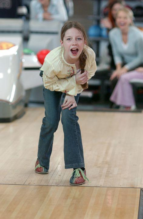 Wird der gemeinsame Bowlingabend die 10-köpfige Patchwork Familie Barber tatsächlich näher zusammenbringen oder haben die Kinder (Clare Stone) sc... - Bildquelle: ABC FAMILY