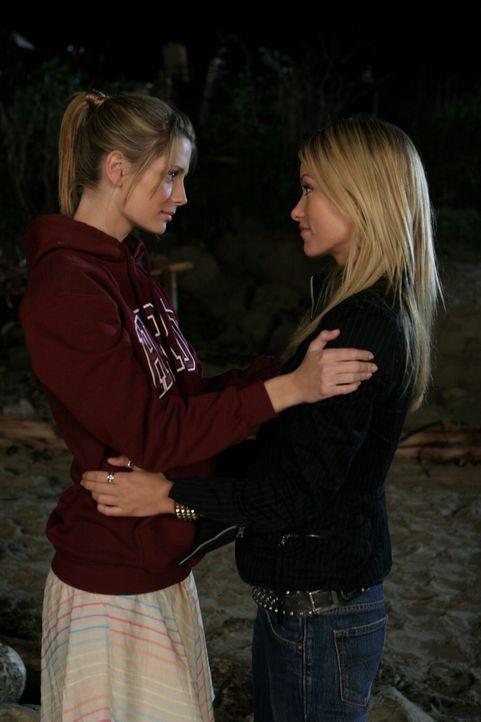 Unter Tränen nehmen sie Abschied von einander: Marissa (Mischa Barton, l.) und Alex (Olivia Wilde, r.) ... - Bildquelle: Warner Bros. Television