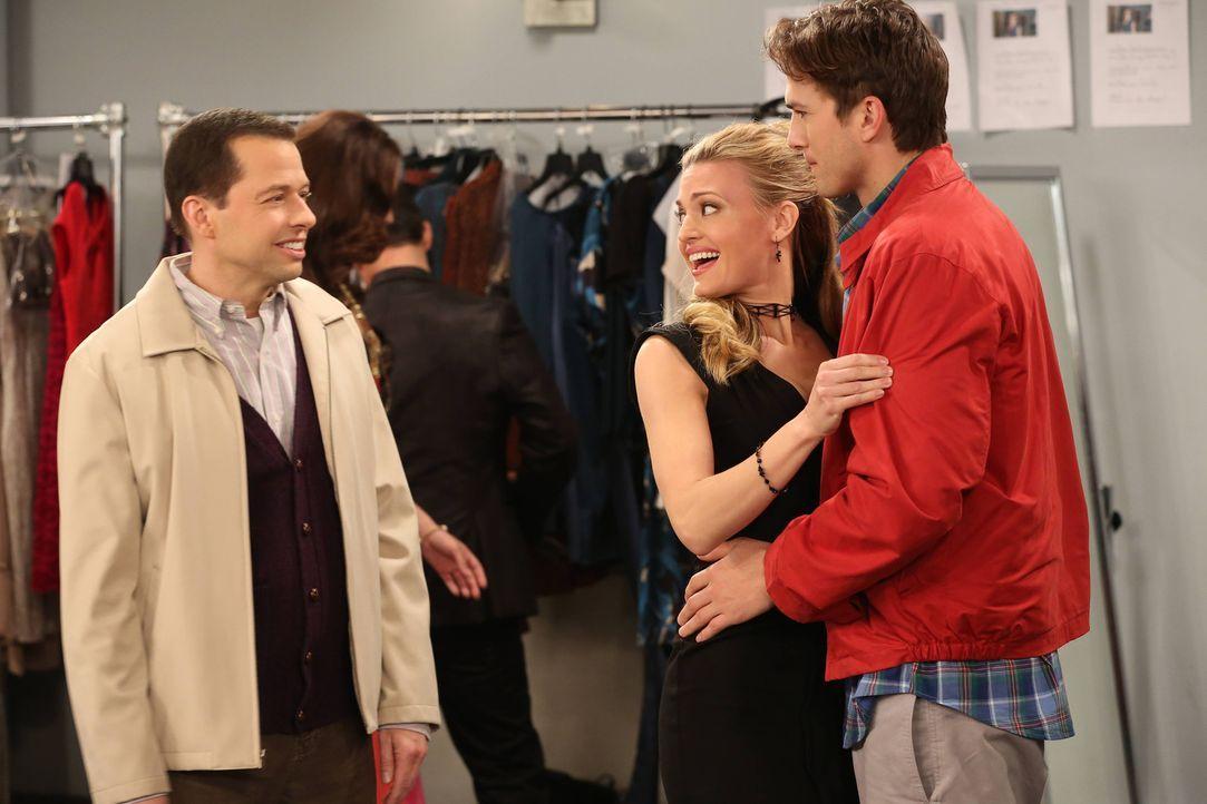 Alan (Jon Cryer, l.) und Walden (Ashton Kutcher, r.) besuchen Kates (Brooke D'Orsay, M.) Modenschau in New York, damit Walden ihr endlich seine wahr... - Bildquelle: Warner Bros. Television