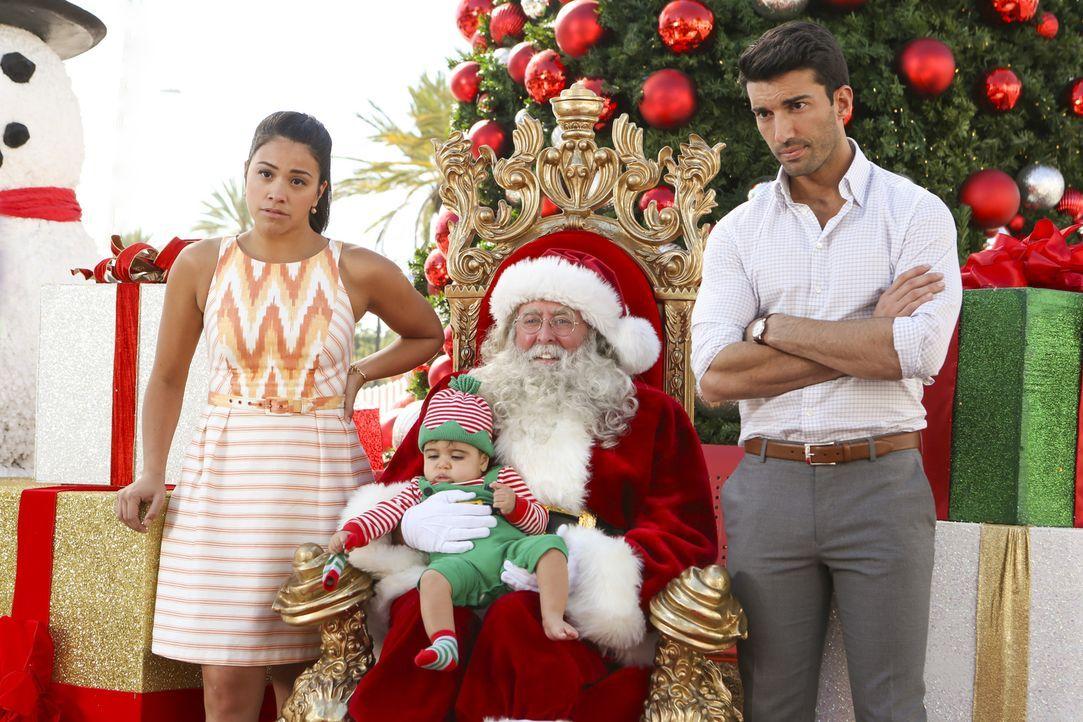 Ein ganz besonderes Weihnachtsfest wartet auf Jane (Gina Rodriguez, l.), Rafael (Justin Baldoni, r.) und Mateo (Darsteller unbekannt, 2.v.l.) ... - Bildquelle: Scott Everett White 2015 The CW Network, LLC. All rights reserved.
