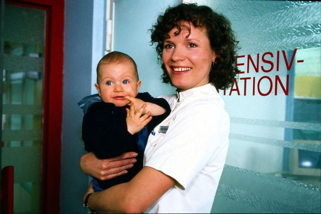 Stefanny (Julia Hentschel, r.) kümmert sich liebevoll um das Baby Leon, während seine Mutter auf der Station seinen Vater besucht, der von einem Hun... - Bildquelle: Noreen Flynn Sat.1