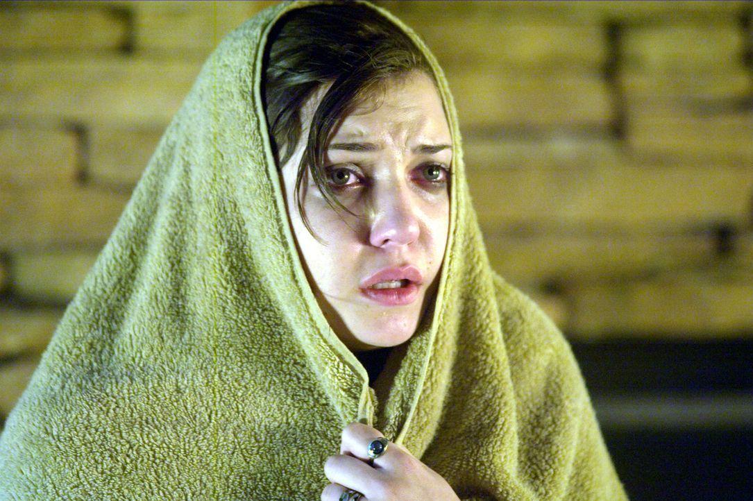 In ein nasses Handtuch eingewickelt, versucht sich Jennifer Smith (Michelle Horn) vor den Flammen zu schützen ... - Bildquelle: 2004 Hostage, LLC. All Rights Reserved