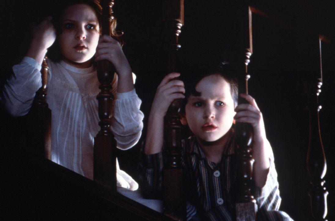 Grace Mann ist nicht von der Front zurückgekehrt und so lebt die Strenggläubige allein mit ihren beiden Kindern Anna (Alakina Mann, l.) und Nichol... - Bildquelle: Miramax Films