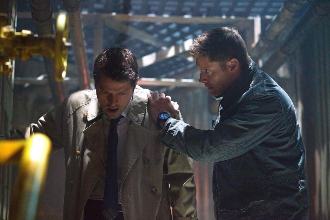 Dean (Jensen Ackles, r.) macht sich immer noch Vorwürfe, dass er Cas (Misha Collins, l.) nicht aus dem Fegefeuer retten konnte, bis Cas ihm die Wahr... - Bildquelle: Warner Bros. Television