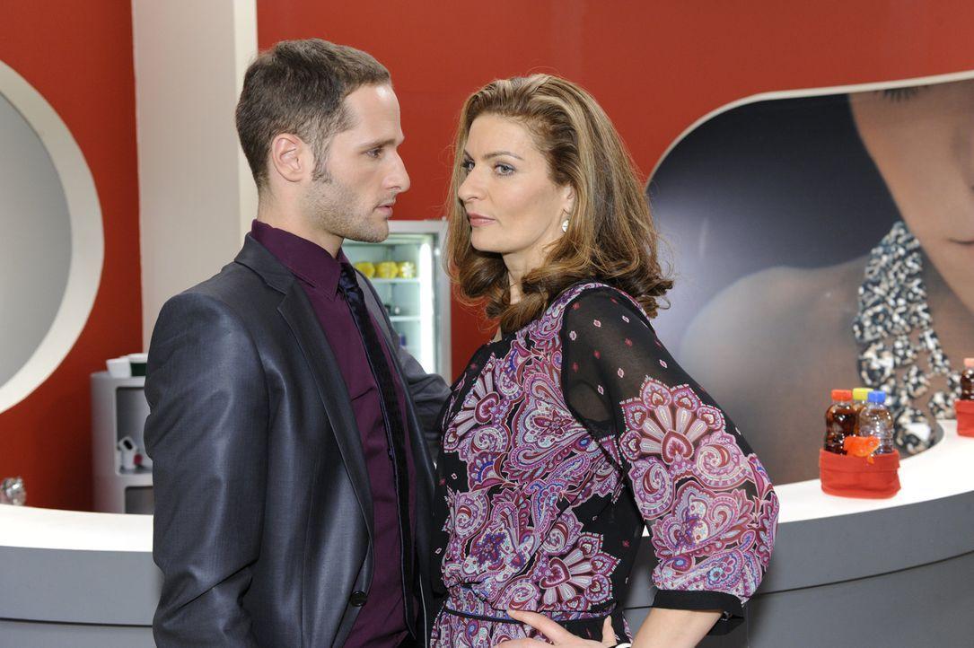 Natascha (Franziska Matthus, r.) versucht David (Lee Rychter, l.) klarzumachen, dass der Kuss zwischen ihnen nie wieder ein Thema sein wird ... - Bildquelle: SAT.1