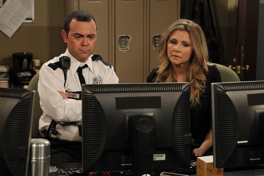 Mit der Hilfe von Nick (Joe Lo Truglio, l.), einem Sicherheitsmitarbeiter, versucht Kate (Sarah Chalke, r.) herauszufinden, was Ben bei seiner Nacht... - Bildquelle: CPT Holdings, Inc. All Rights Reserved.