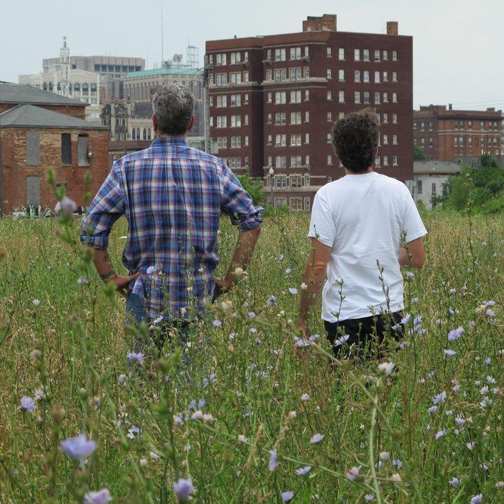 """Anthony Bourdain (l.) reist nach Detroit. Dort erforscht er die glorreichen Zeiten von """"Motor City"""" und trifft Menschen, die alles dafür tun, ihre V... - Bildquelle: 2013 Cable News Network, Inc. A TimeWarner Company. All rights reserved."""