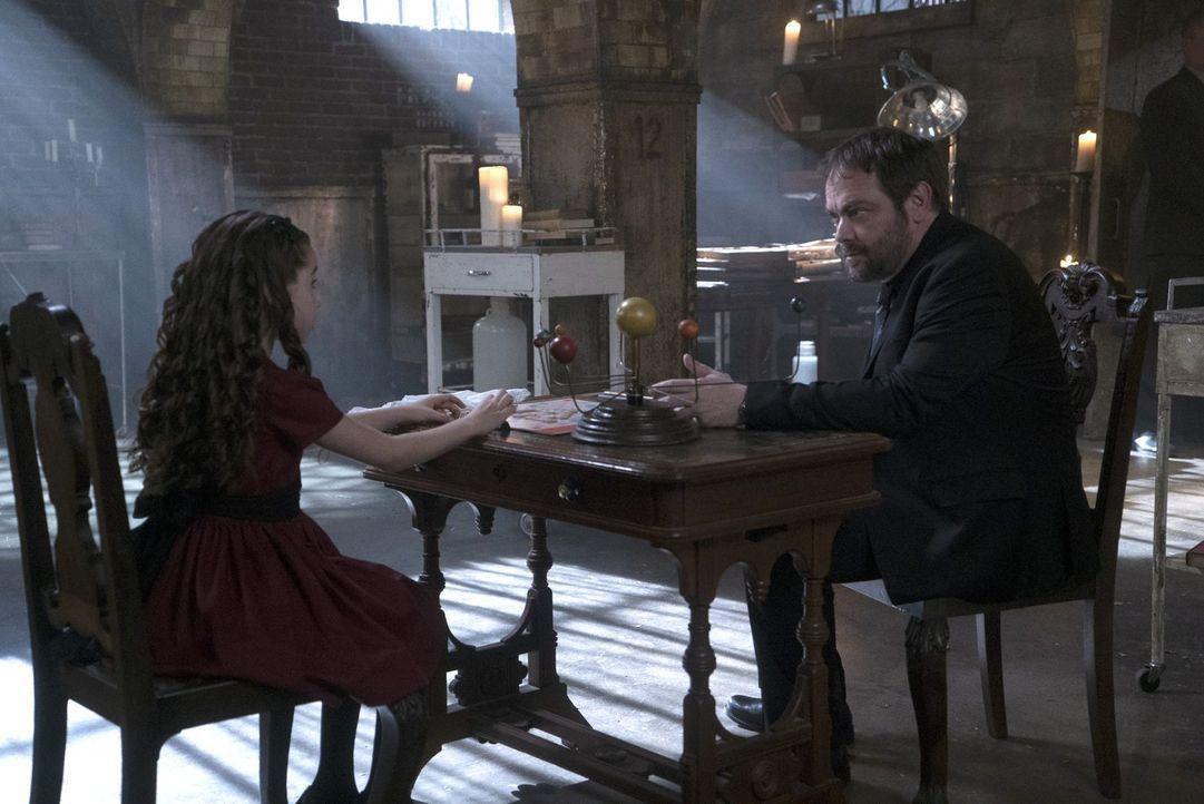 Crowley (Mark Sheppard, r.) will Amara (Gracyn Shinyei, l.) zu einer Verbündeten machen und sie für seine Zwecke zu nutzen, aber wird sie sich tatsä... - Bildquelle: 2014 Warner Brothers