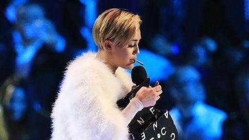 """Miley Cyrus kifft bei den """"EMAs"""": Joint-Skandal lässt Eltern kalt - Bildquelle: dpa"""