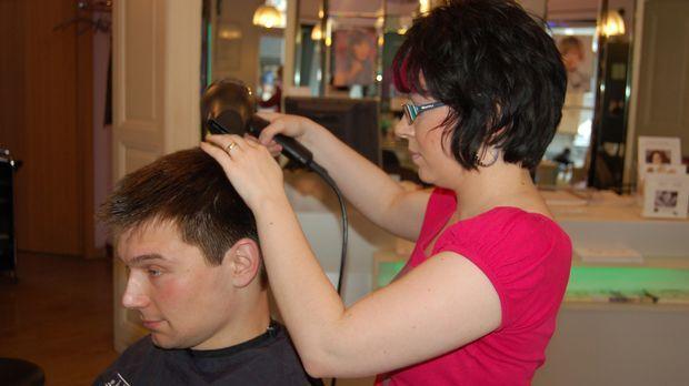 Hagen hilft heute dem Friseursalon