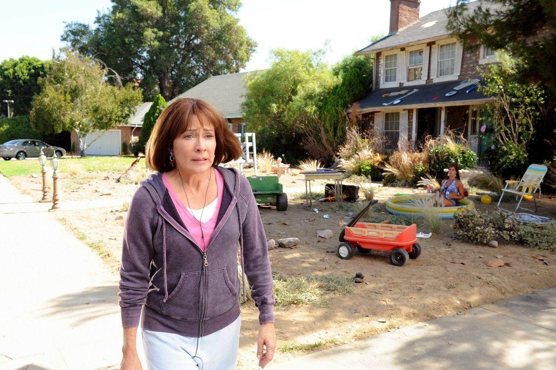 Frankie (Patricia Heaton, l.) kann nicht fassen, dass ihre verhasste Nachbarin Rita Glossner (Brooke Shields, r.) wieder da ist. Die beschuldigt Fra... - Bildquelle: Warner Brothers