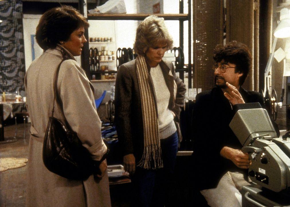 Lacey (Tyne Daly, l.) und Cagney (Sharon Gless, M.) unterhalten sich mit dem Sexfilm-Regisseur. - Bildquelle: ORION PICTURES CORPORATION. ALL RIGHTS RESERVED.