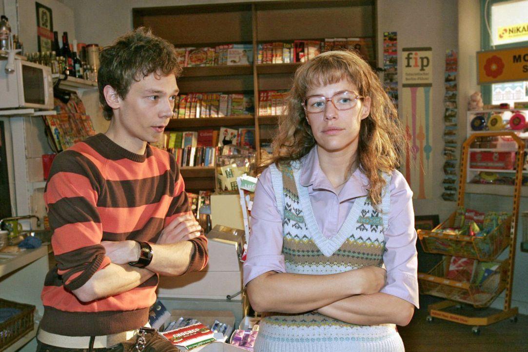 Lisa (Alexandra Neldel, r.) schwärmt begeistert von dem Minigolf-Ausflug mit David, was Jürgen (Oliver Bokern, l.) allerdings kalt lässt - er wil... - Bildquelle: Sat.1