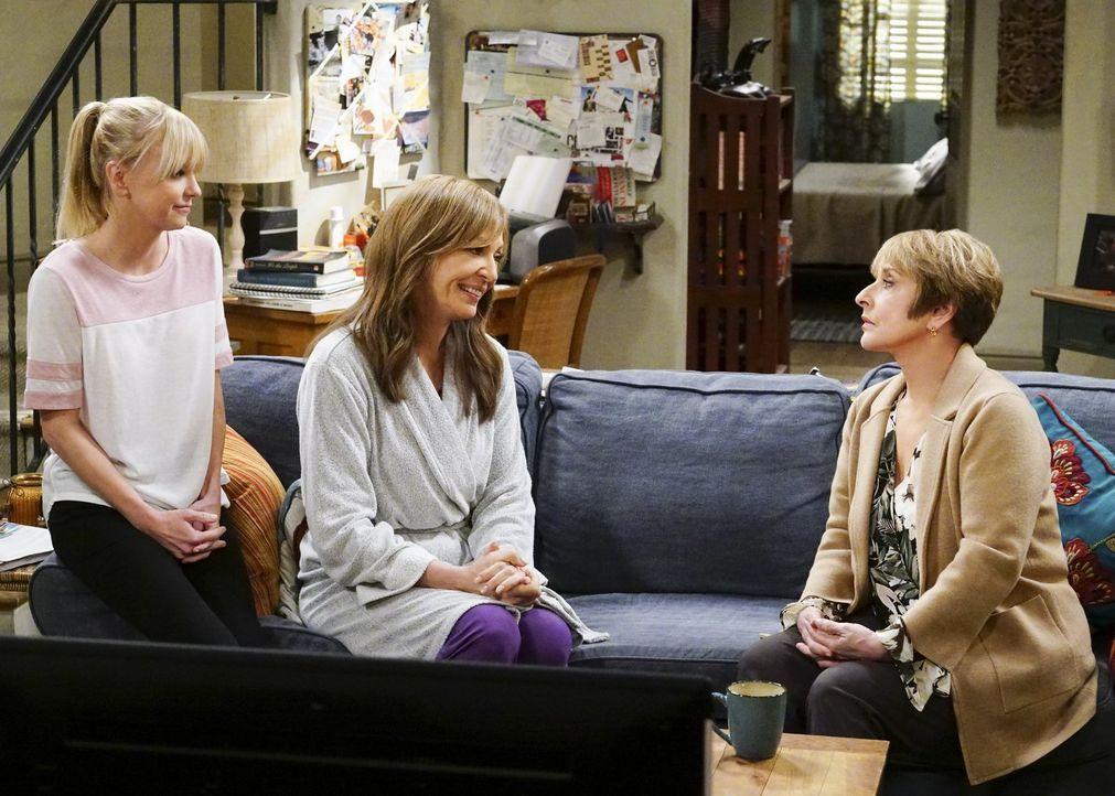 Müssen Christy (Anna Faris, l.) und Bonnie (Allison Janney, M.) ihre Wohnung verlassen, nachdem Bonnie mit der neuen Vermieterin Rita (Patti LuPone,... - Bildquelle: 2018 Warner Bros.