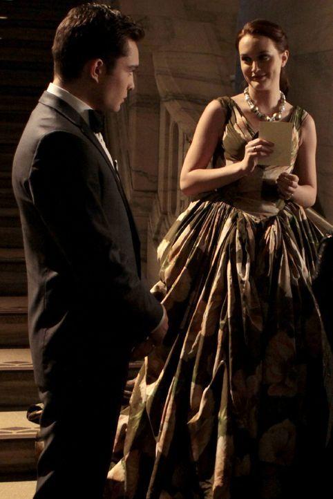 Blair (Leighton Meester, r.) ist sich sicher, dass Chuck (Ed Westwick, l.) die Gelegenheit nutzen will, um näher an sie heran zu kommen ... - Bildquelle: Warner Bros. Television