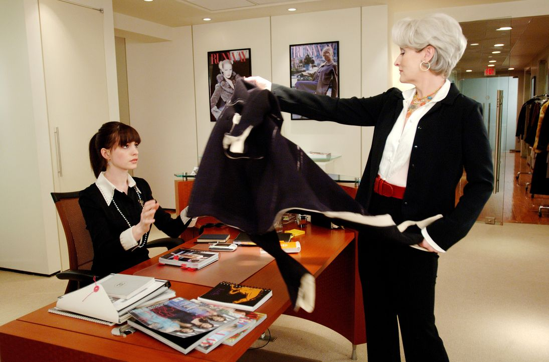 Für den Job bei der knallharten Miranda Priestly (Meryl Streep, r.) würden Millionen von Mädchen sterben, nicht aber die bodenständige Andy (Anne Ha... - Bildquelle: 2006 Twentieth Century Fox