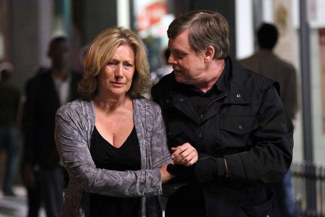 Ist in die Fänge des Nachahmers (Mark Hamill, r.) gelangt: Erin Strauss (Jayne Atkinson, l.) ... - Bildquelle: ABC Studios