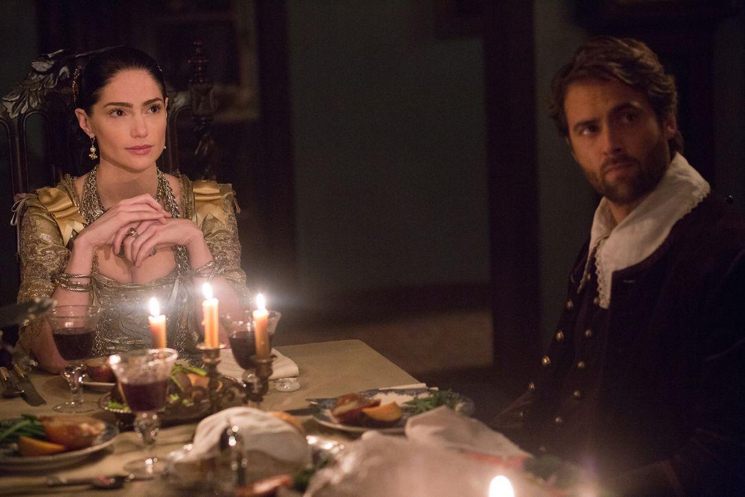 Während Mary (Janet Montgomery, l.) Dr. Wainwright (Stuart Townsend, r.) und andere wichtige Menschen aus Salem zu einem Dinner einlädt, will sich T... - Bildquelle: 2015 Fox and its related entities. All rights reserved.
