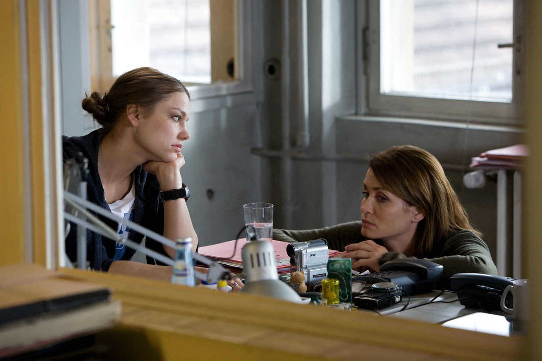 Viel zu spät erkennt Lucy Palm (Britta Hammelstein, l.), dass Hannah (Anja Kling, r.) einen siebten Sinn hat für das Böse in den Menschen ... - Bildquelle: Conny Klein SAT.1