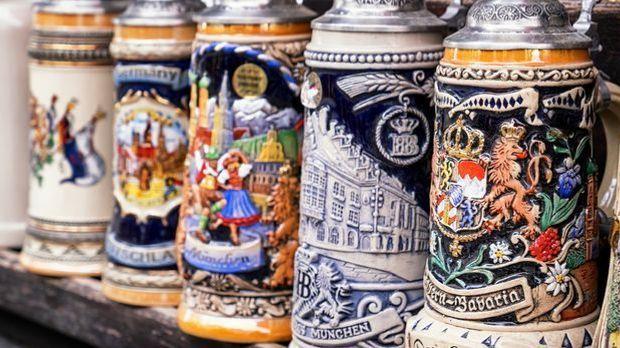 Das Oktoberfest hat eine lange Tradition – die sich auch an den Bierkrügen ab...