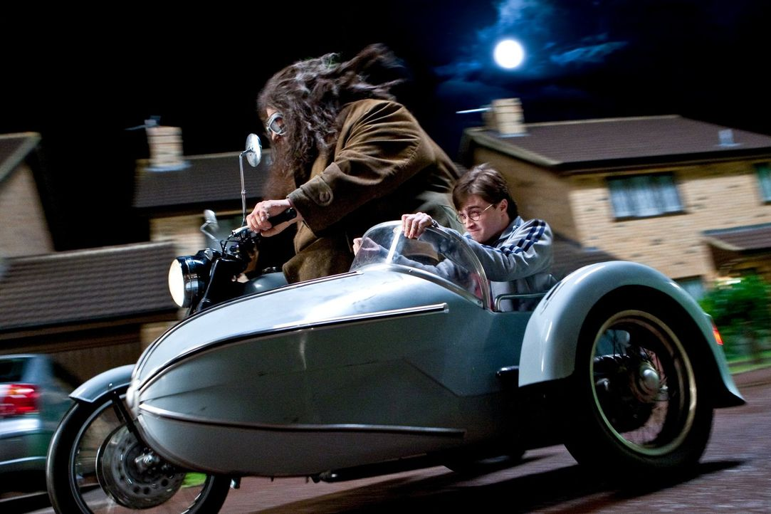Nachdem Hagrid (Robbie Coltrane, l.) Harry (Daniel Radcliffe, r.) zu ihrem Versteck gebracht hat, glauben alle, dass er dort vorerst in Sicherheit i... - Bildquelle: 2010 Warner Bros.