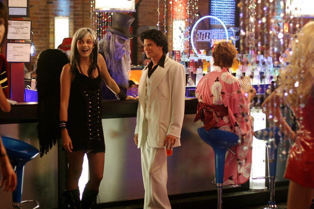 Mouth (Lee Norris, r.) und Peyton (Hilarie Burton, l.) amüsieren sich köstlich auf dem Ball ... - Bildquelle: Warner Bros. Pictures