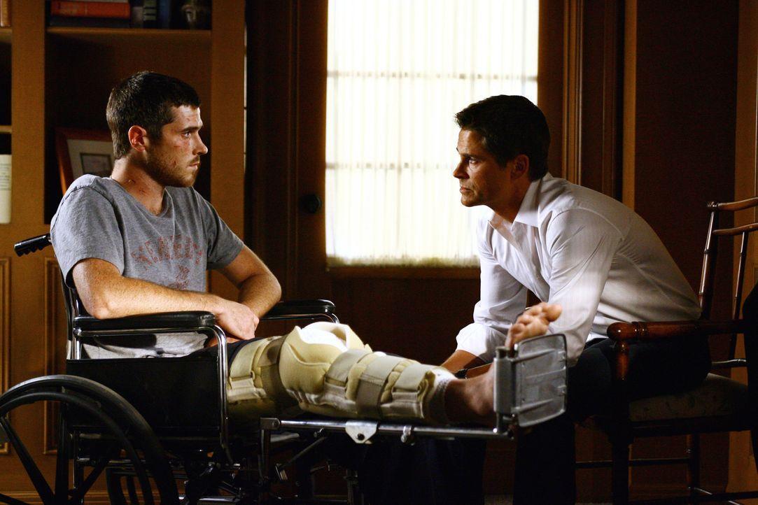 Spricht dem verwundeten Justin (Dave Annable, l.) Mut zu: Robert McCallister (Rob Lowe, r.)... - Bildquelle: Disney - ABC International Television